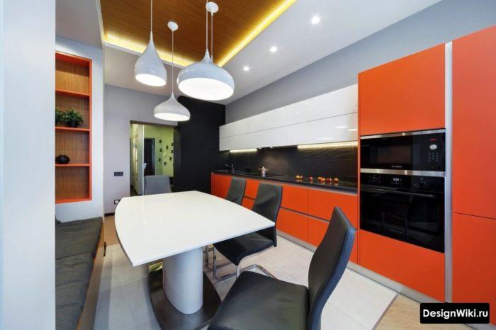 Design av ovanligt högt kök med moderna element