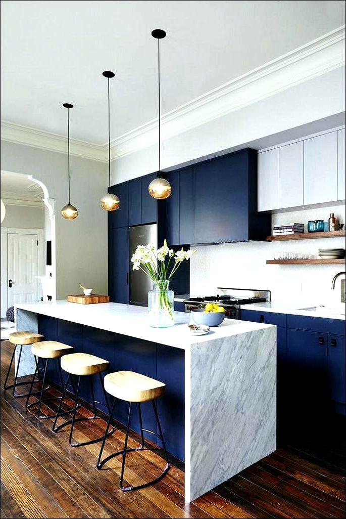 Litet kök med blanka blå fasader med fräsning