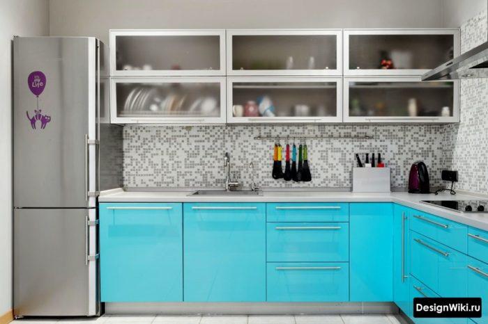 Mörkblå möbler i köket