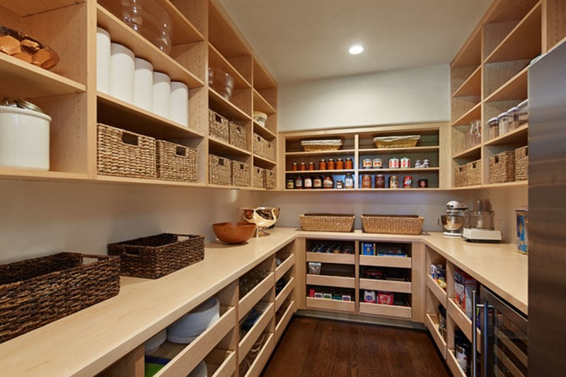 arge-pantry-walk-in-with-pull-out-shelves