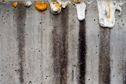 «Petite négligence, se débarrasser des restes (dépôts de peinture sur muret de béton)», de la série «Marquer le territoire – Transformer l'espace», 2004-2005, photographie (impression au jet d'encre montée sur aluminium), 50,5 cm x 76 cm