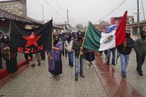 SAN CRISTOBAL DE LAS CASAS, CHIAPAS, 21DICIEMBRE2012.- Miles de indígenas bases de apoyo zapatistas marcharon pacíficamente, de manera silenciosa y en el mismo momento, en los municipios de San Cristobal de las Casas, Ocosingo, Las Margaritas y Comitán. En las plazas principales de esas ciudades, los zapatistas colocaron templetes a los que subieron con el puño en alto. Se espera que el Comité Clandestino Revolucionario Indígena-Comandancia General del Ejército Zapatista de Liberación Nacional (EZLN) emita algún mensaje en las próximas horas. FOTO: PEDRO ANZA /CUARTOSCURO.COM