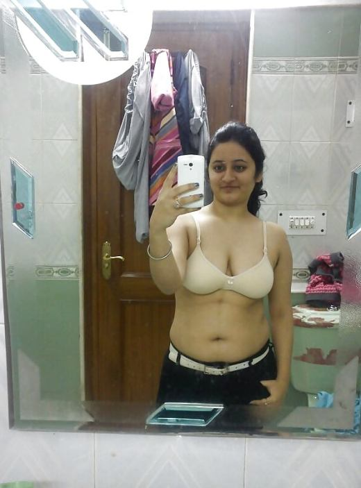 Bathroom ki Nangi Selfie Photos