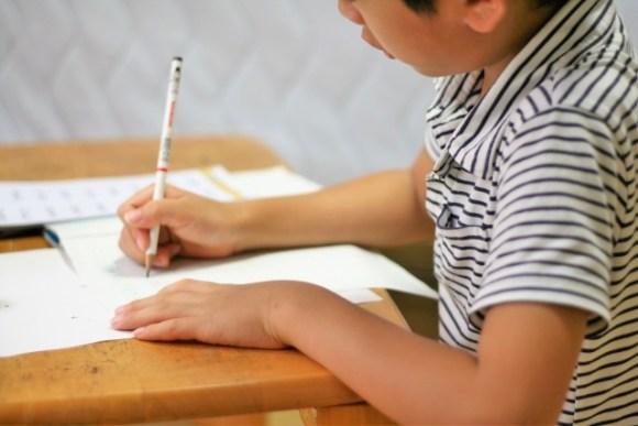学習机で勉強する子供・イメージ