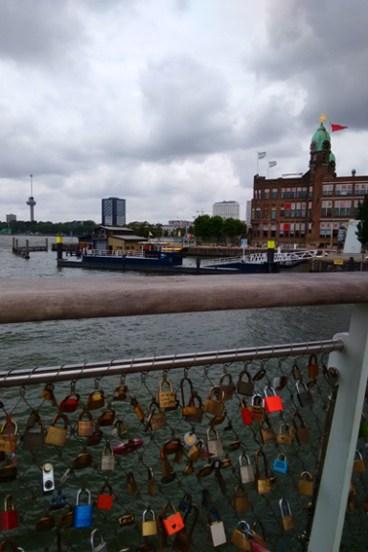 Over de Hoerenloper (bijnaam brug) naar Katendrecht