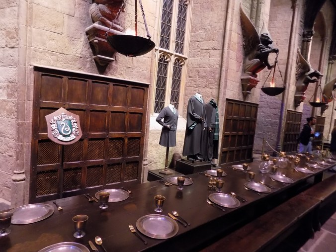Photos de la table des Serpentards, aux studios Harry Potter à Londres