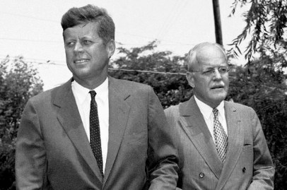 John F. Kennedy, (izda), and Allen W. Dulles, Director de la CIA hasta 1962