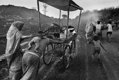 Sebastiao-Salgado-Les-mains-de-lhomme-Mines-de-Charbon-de-Dhanbad-2
