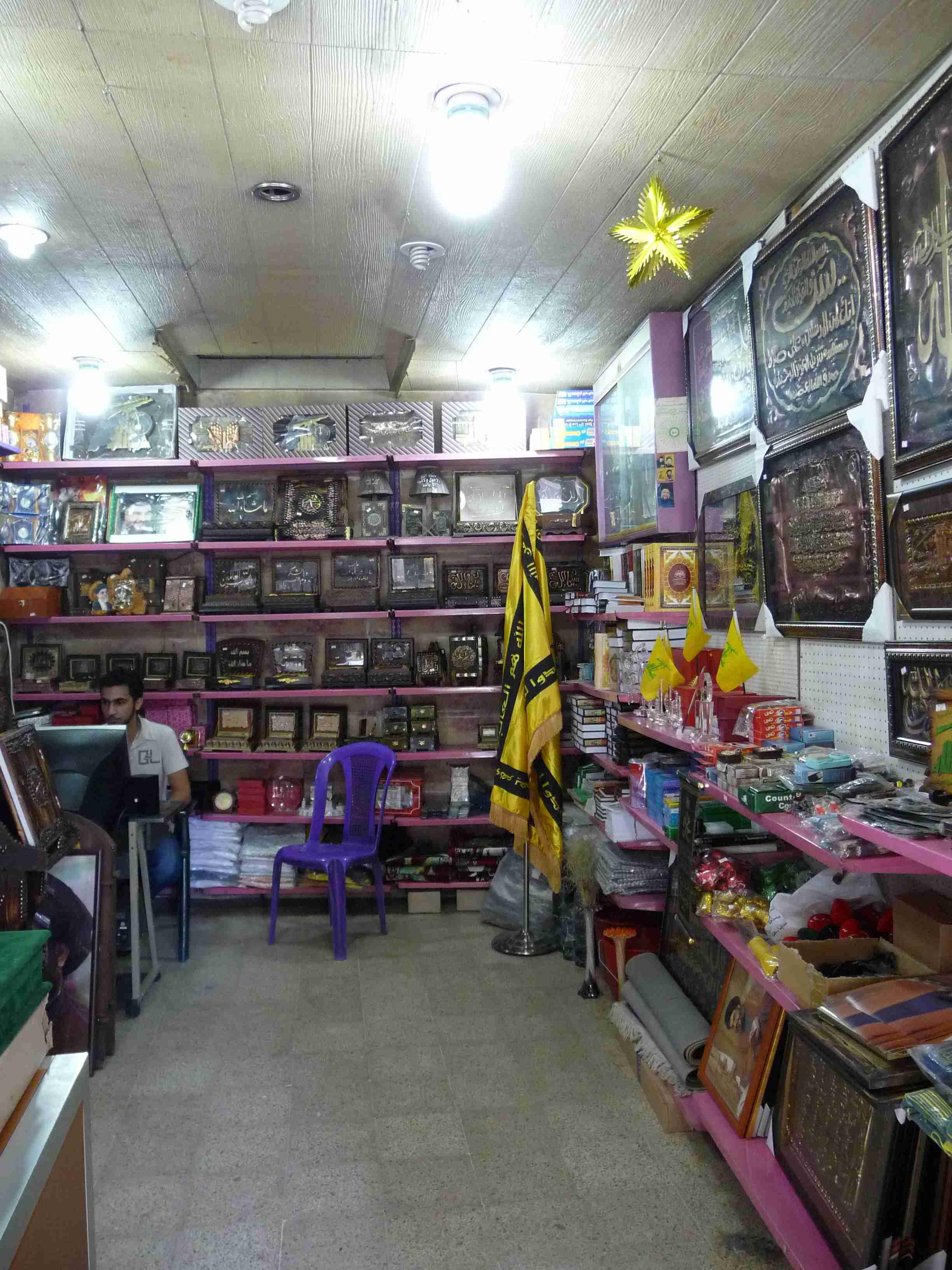 Una de las tiendas consagrada a la milicia chií en Baalbek