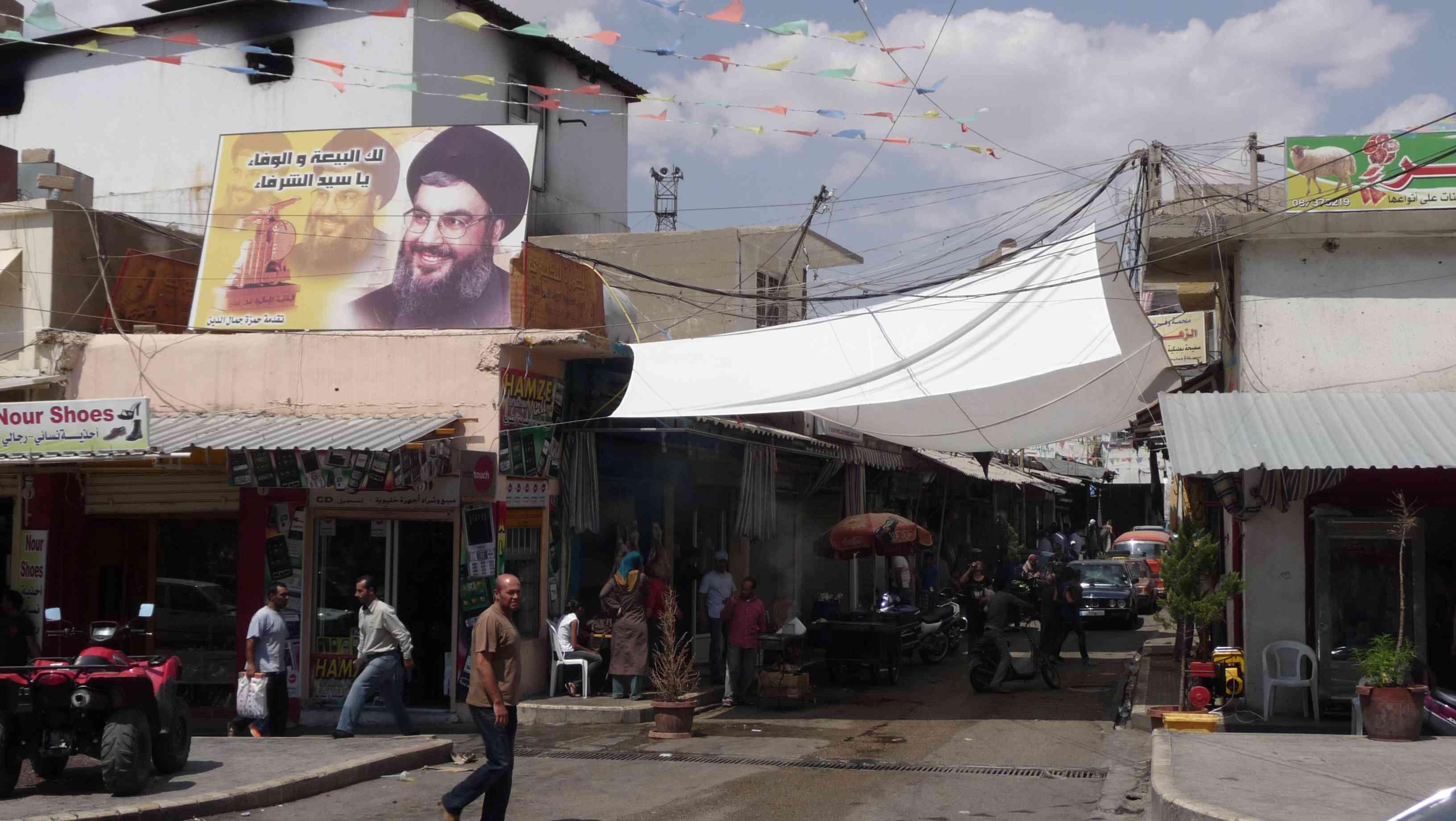 Una de las calles de Baalbek con el retrato del clérigo Hasan Nasralá, lider espiritual de Hezbolá