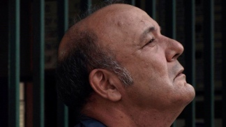 """1549996167 282 Manuel Vicente en la piel de un huraño y delirante sereno de garage en Hora día mes Télam - Manuel Vicente, en la piel de un huraño y delirante sereno de garage en """"Hora, día, mes"""" - Télam"""