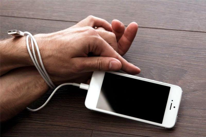 La adicción al teléfono vinculada a la soledad puede hacer que los estudiantes estén ansiosos por las pruebas estudio