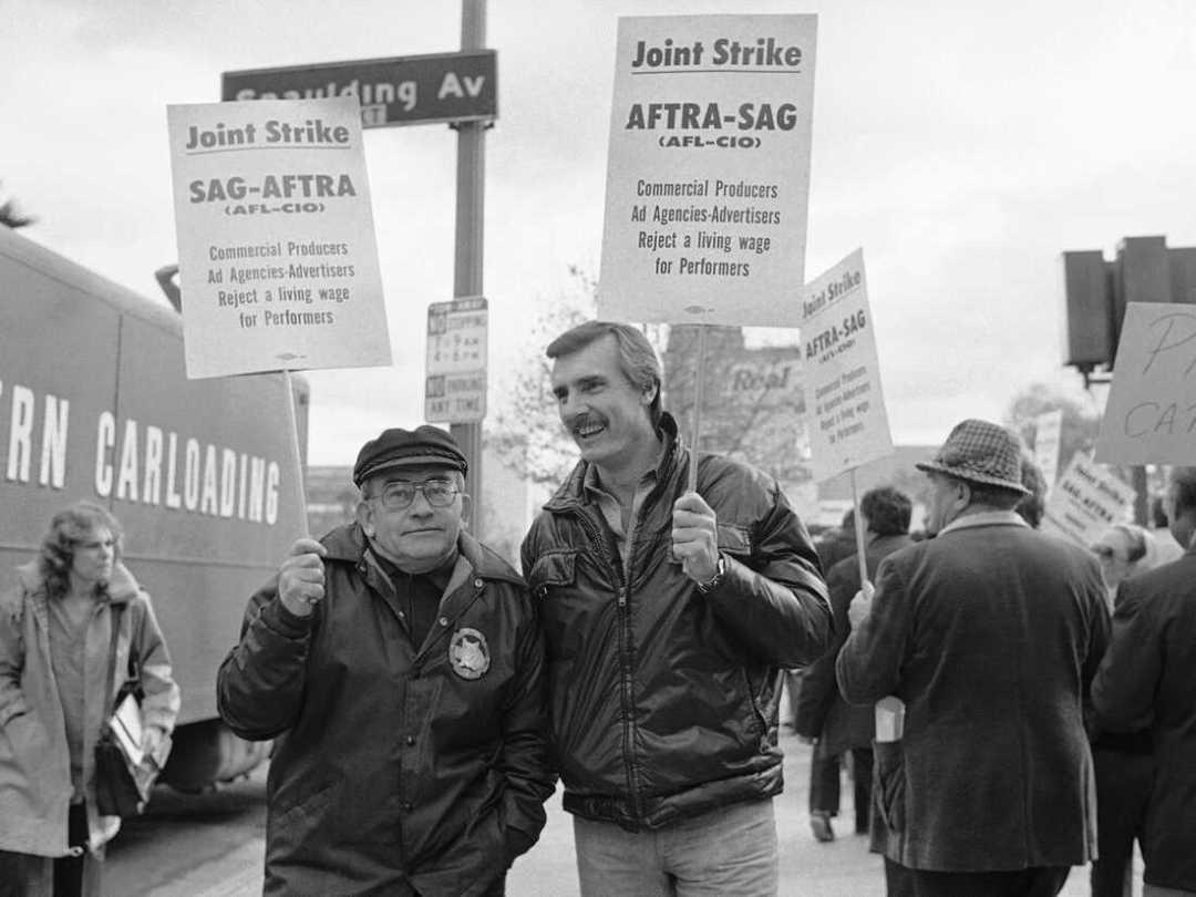 Los actores Ed Asner, izquierda y Dennis Weaver se encuentran en una línea de piquete en Los Ángeles el 19 de diciembre de 1978 mientras unos 70.000 actores y locutores que hacen comerciales de radio y televisión se declararon en huelga. Asner se desempeñó como presidente del sindicato durante dos mandatos.