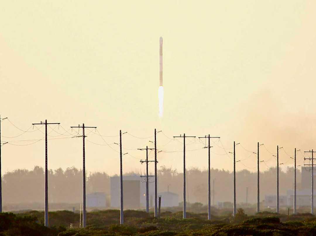 Se ve que el cohete despega de la costa central de California el jueves.