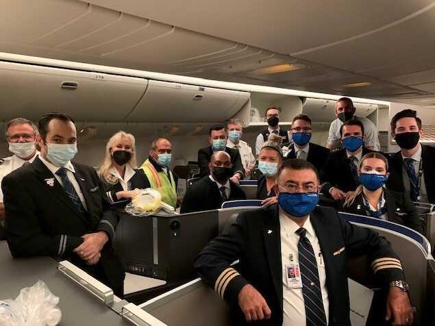 Zak Khogyani, en el centro al frente, en la foto con el personal de United Airlines. Foto cortesía de United Airlines.
