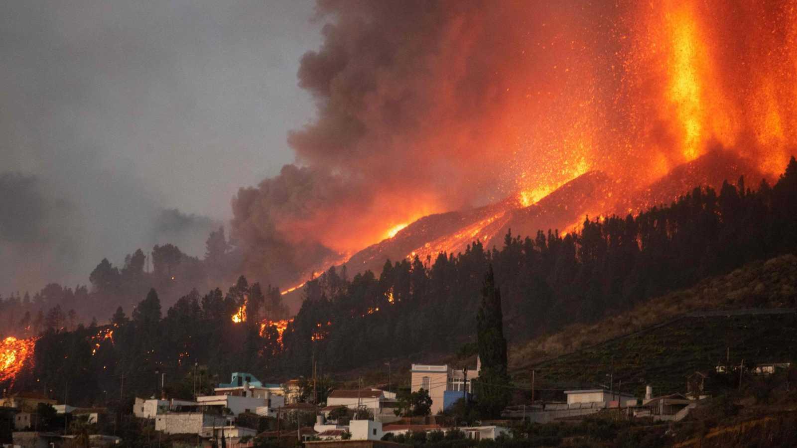 La erupción del volcán en la isla española ha dejado múltiples imágenes que muestran, desde el momento de la explosión, hasta el avance de la lava.