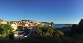 e fazer em Hvar na croácia. passeios de Lancha, praias, gastronomia e noitada. Tem opção para todos os gostos em Hvar.