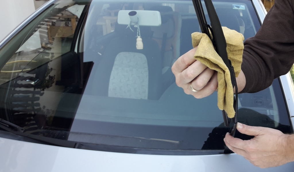wiper-blades-cleaning