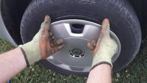 removing-hubcaps-hands