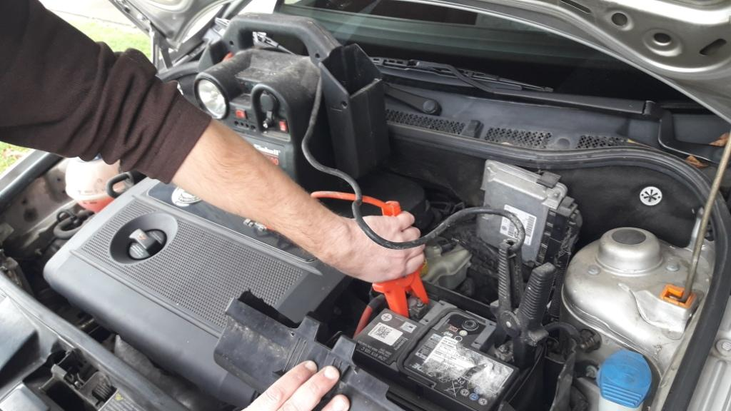 battery-pack-jump-starting-car