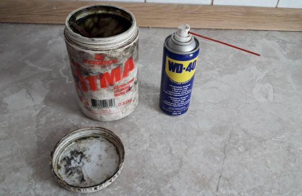 lithium-grease-wd-40-spray