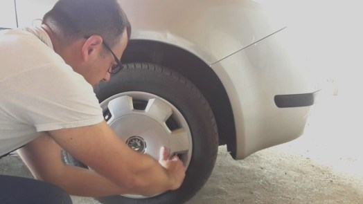 take-off-wheel-hubcap