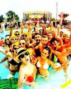 Despedidas de soltero en Girona. Grupo de jóvenes disfrutando en una piscina.