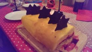 La bûche framboise mangue, gros challenge de 2015, qui ne s'est pas écroulée à la coupe donc grosse fierté ! En plus, un délice !