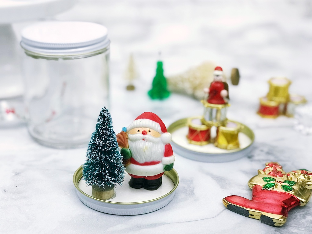 DIY vintage snow globes are easy to make with vintage Christmas baubles and make lovely handmade Christmas gifts.