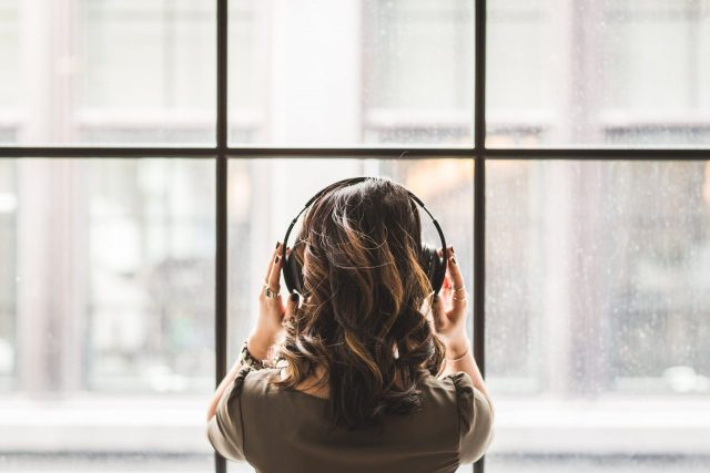 ¿Por qué movemos la cabeza inconscientemente al escuchar música?