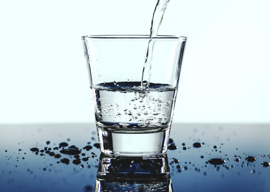 hidratación en deportistas agua despierta y entrena
