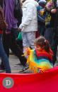 Niña pequeña jugando con la bandera gigante de la #MarchaPorLaIgualdad.