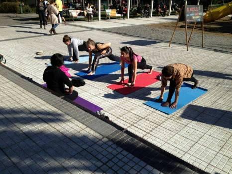 Yoga en la Plaza Perú, por la Corporación Ciudad Yoga.