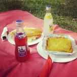 Pastel de choclo con carne de soya, sandwich y Lorina. Foto por @nicojara.
