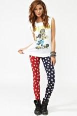 Pantalón pitillo con estrellas y los colores azul y rojo, tal como la bandera de EE.UU