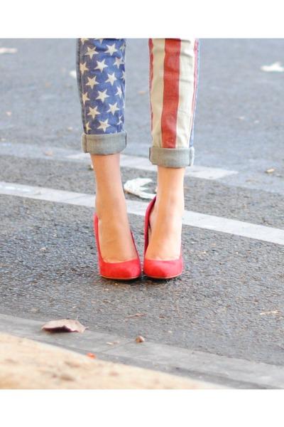 Pantalón tipo jeans pitillo con ambas piernas distintas, pintadas como la bandera de EE.UU. *Foto sacada de Lookbook