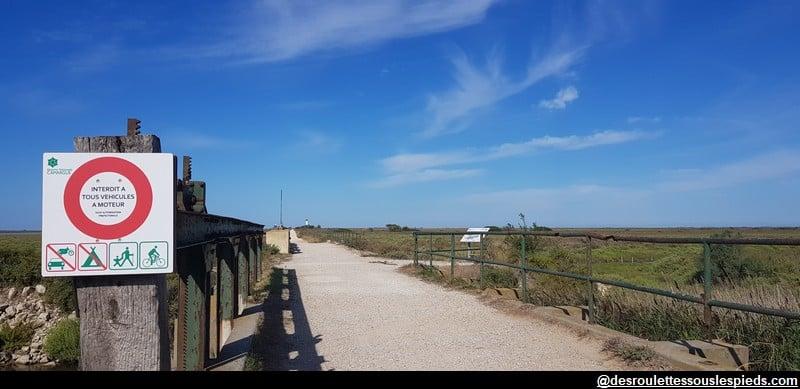 visiter la camargue à vélo entrée de la digue à la mer