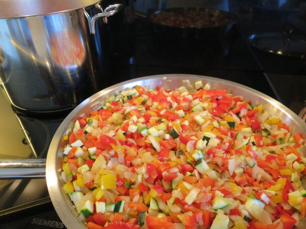 Bereiden saus vegetarische pasta