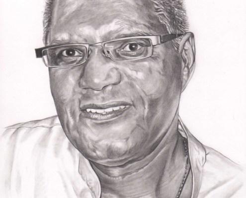 Portrait dessin d'après photo d'un homme souriant à lunettes