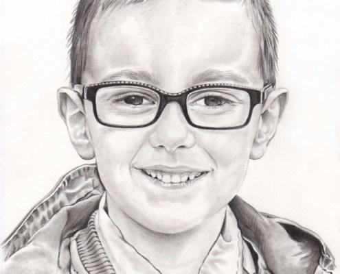 Portrait dessin d'après photo d'un jeune garçon à lunettes