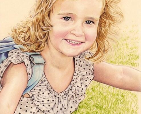 Portrait dessin d'après photo d'une petite fille courant dans un parc