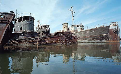 176bb86908e1c5593a96c657b731db5b--abandoned-ships-abandoned-places