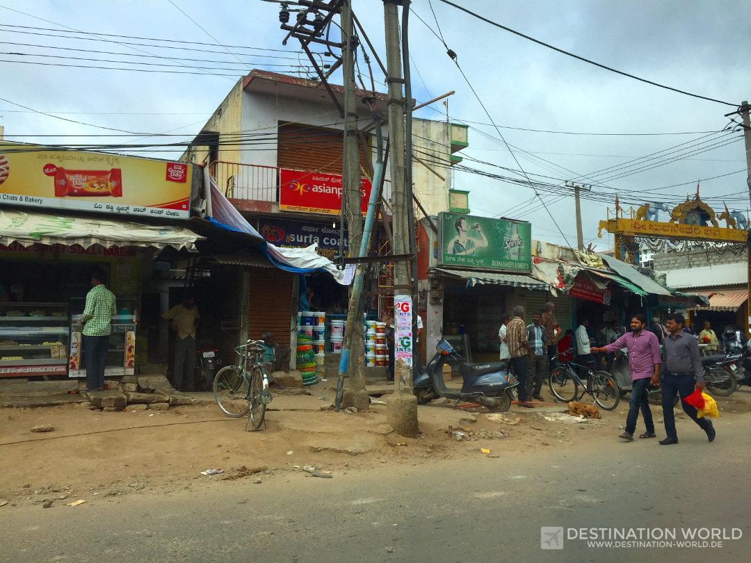 Typische Geschäftszeile in den Randbezirken von Bangalore