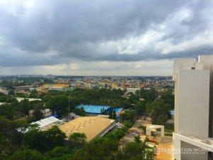 Blick vom Büro über ein farbenfrohes Viertel von Bangalore