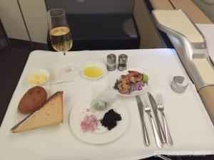 Vor der Vorspeise gibt es traditionell bei der Lufthansa Caviar