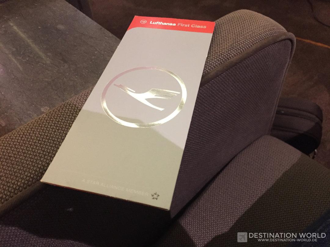 Die Bordkarte für einen Lufthansa First Class Flug erhält man beim Check in in einem Speziellen Umschlag