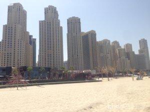 Wer am Strand der Dubai Marina in der Sonne liegt hat eine tolle Kulisse hinter sich