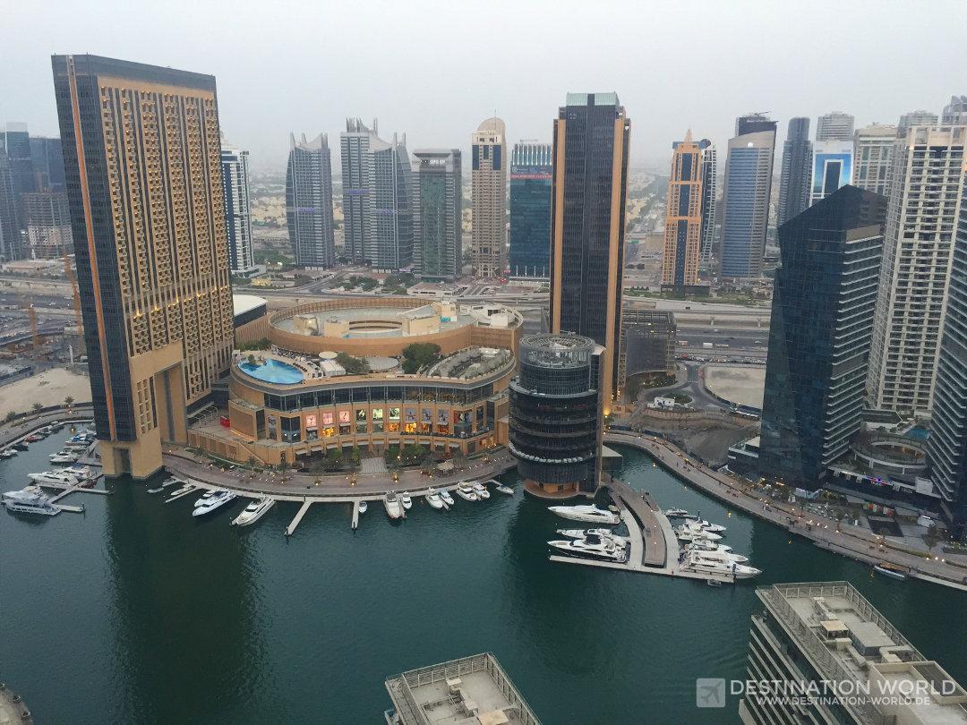 Die Marina Mall liegt in der Mitte der Marina direkt am Wasser
