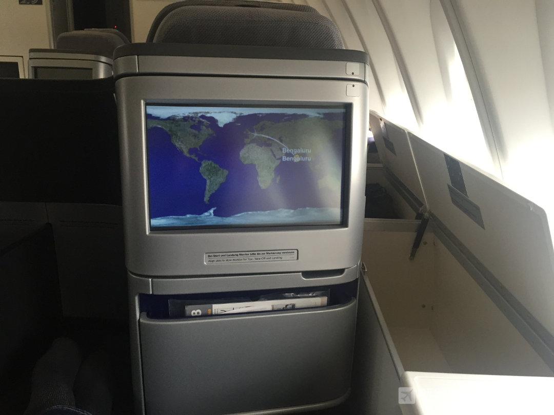Stauraum und Monitor in der Lufthansa Business Class der B747