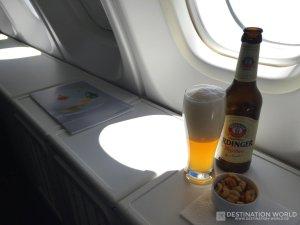 Ein kühles Weißbier in einem richtigen Weizenglas gibt es in der Lufthansa Business Class
